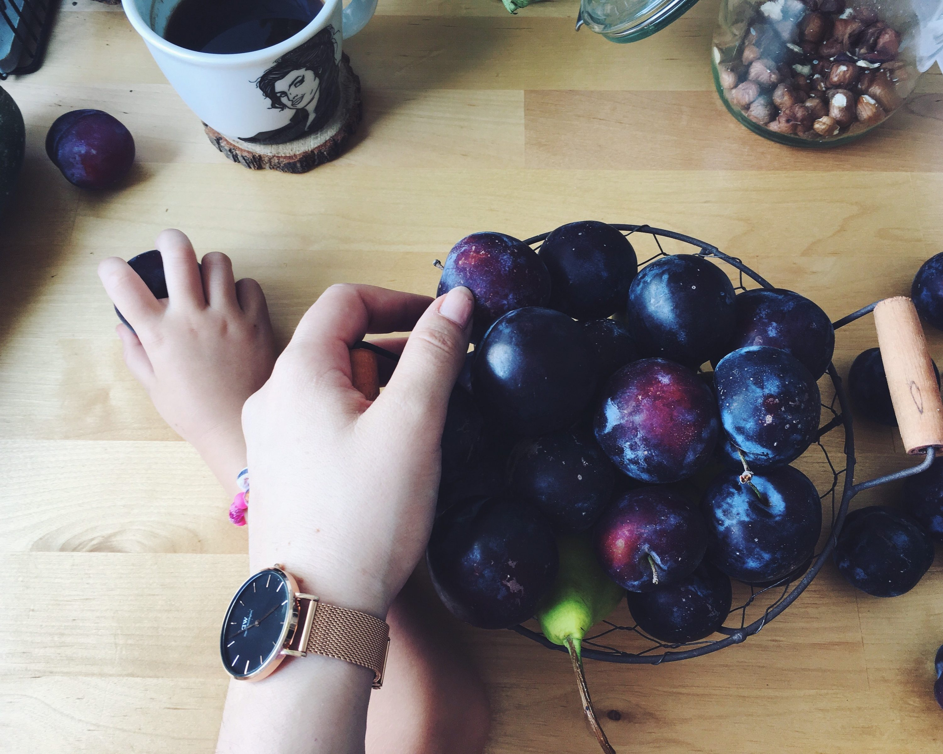 daniel wellington watch plums polona polona kitchen on the table