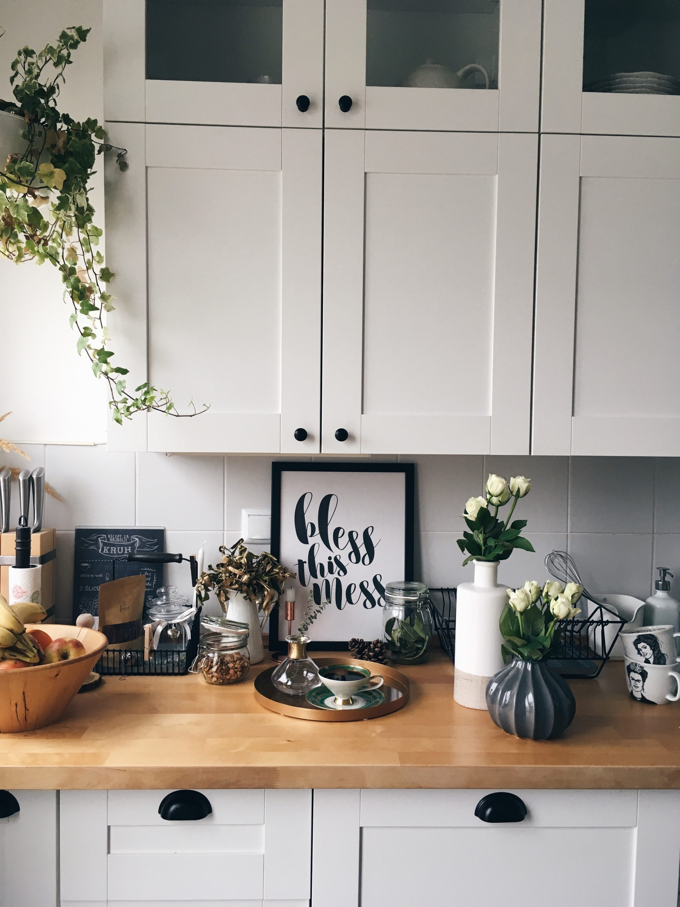 kitchen desihn interier interijer simplicity scandinavian ikea bless this mess messy kitchen flowers white classic beautiful interior inspiration stylist more less ines