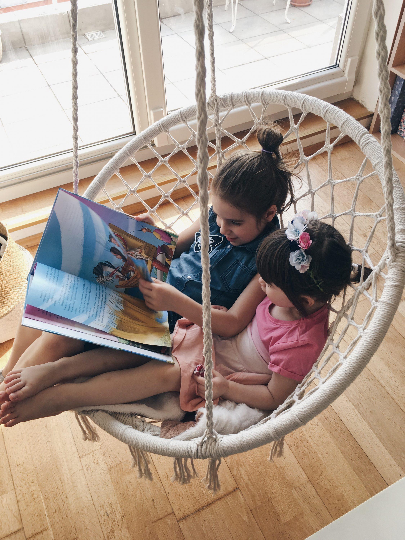 Dvije curice u viseća stolica jysk nittedal, djevojcice citaju knjigu