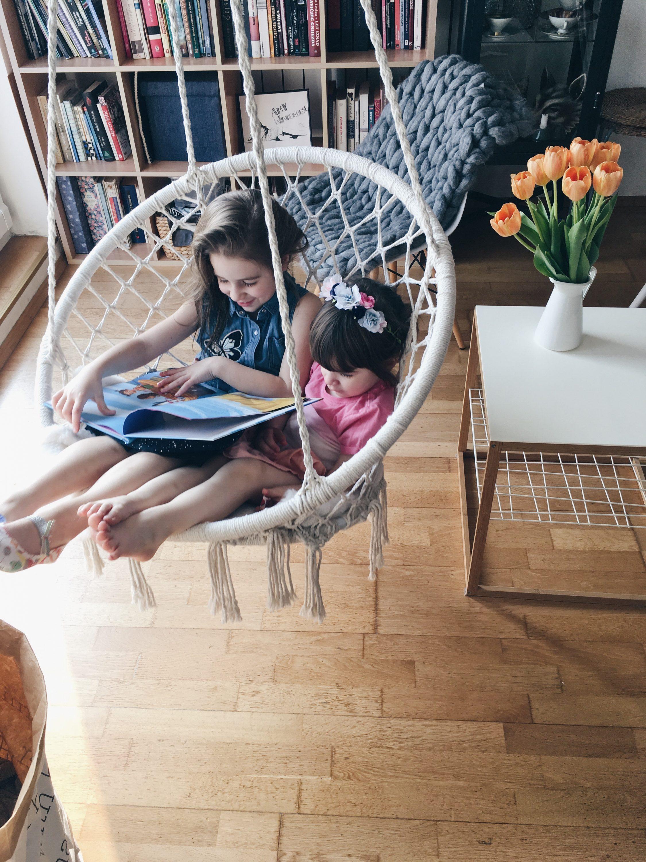 Dvije curice citaju knjigu u Jysk visecoj stolici
