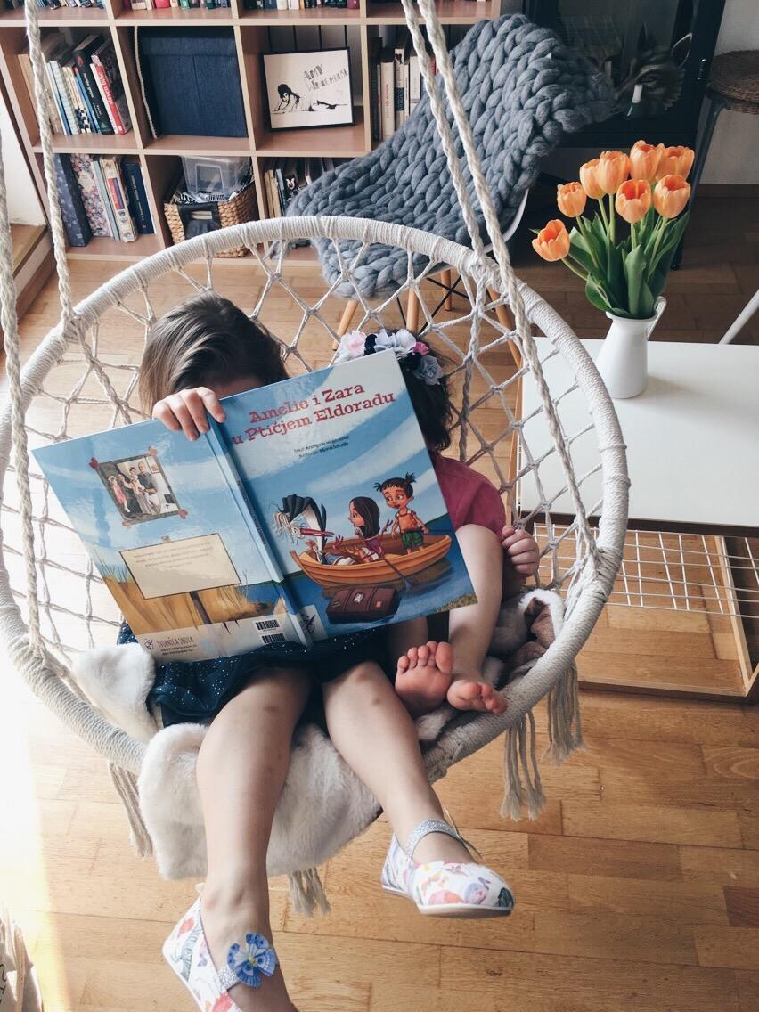Jysk ljuljačka za djecu. Amelie i Zara čitaju priču za djecu Ptičji Eldorado