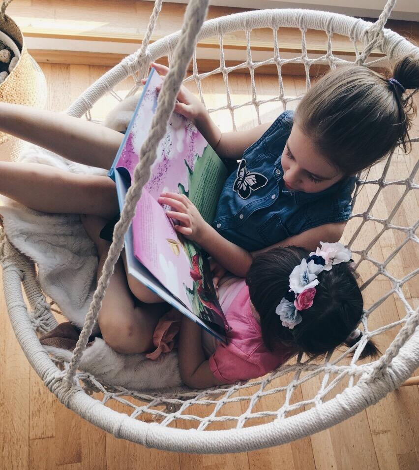 Amelie i Zara na Jysk ljuljačka čitaju priču za djecu Ptičji Eldorado