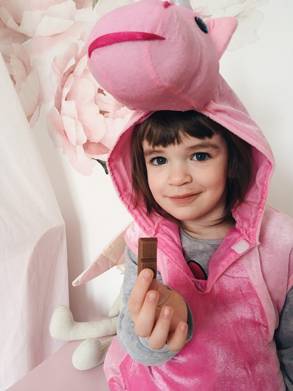 Dijete drži čokoladu, kid holding chocolate