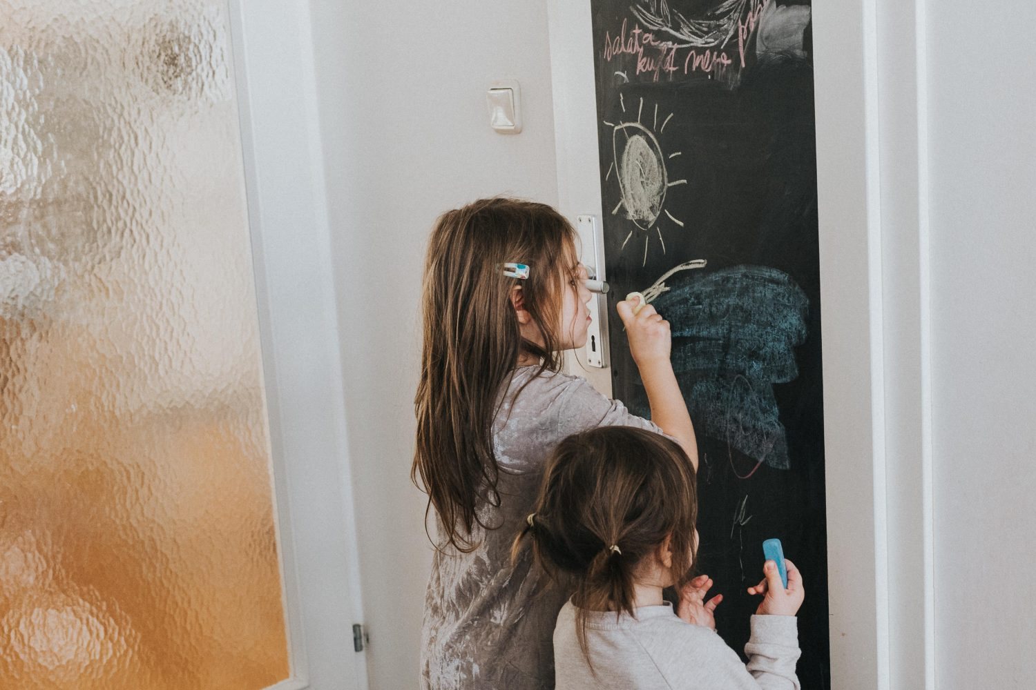 djeca crtaju po ploči na vratima, kids drawing on a door board
