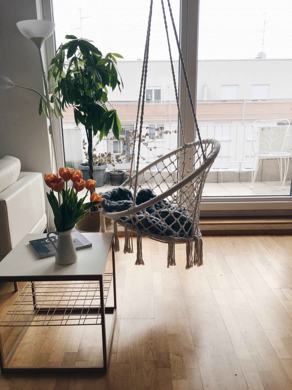 Viseća stolica Nittedal u bijelom interijeru ljuljačka u stanu