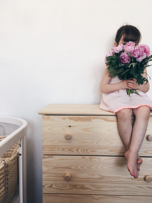 kids flowers peonies božuri mama bloger