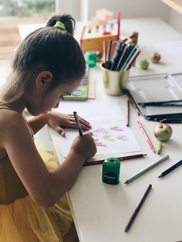 little girl drawing on paper, djvojčica crta po papiru