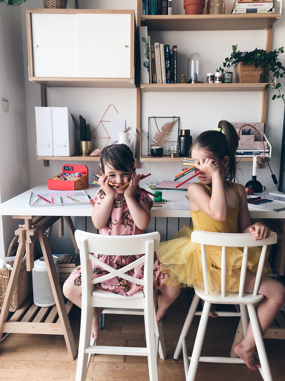 kids holding pencils, djeca drže bojice