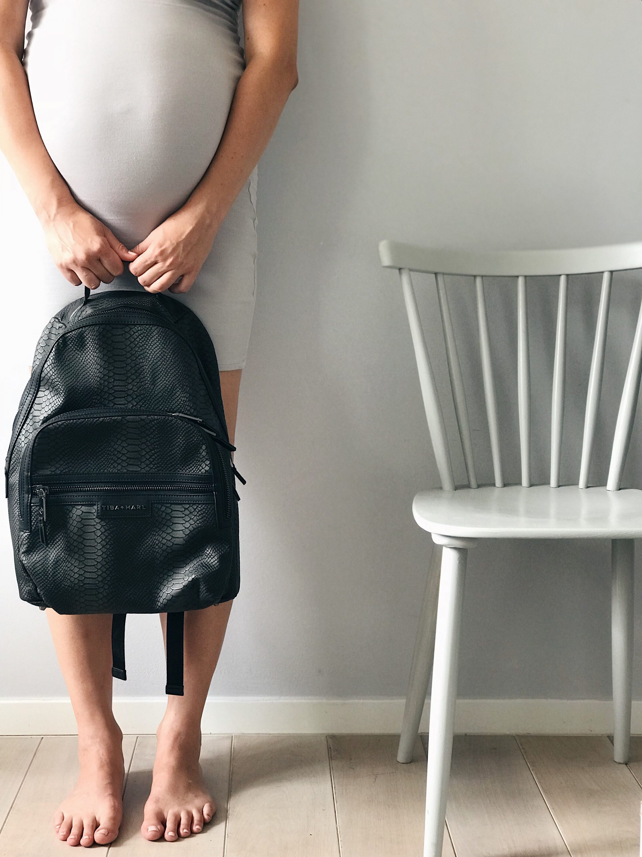 pregnant woman holding rucksack bag, trudnica drži ruksak
