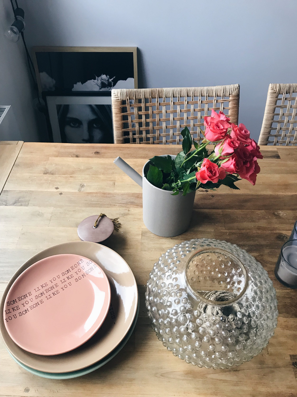 ruže na stolu, roses on the table