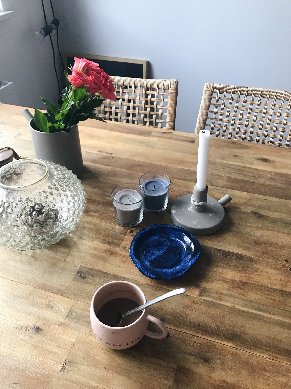 ruže na stolu