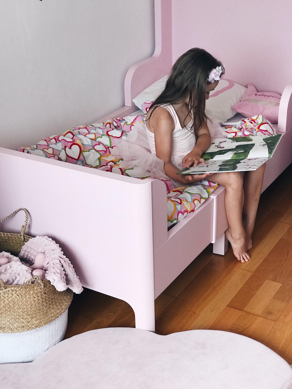 dijete čita knjigu na krevetu