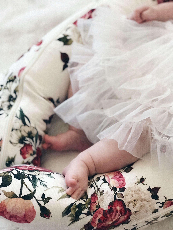 noge bebe koja nosi haljinu