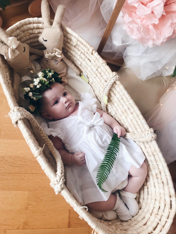 beba u košari cvjetna kruna na glavi