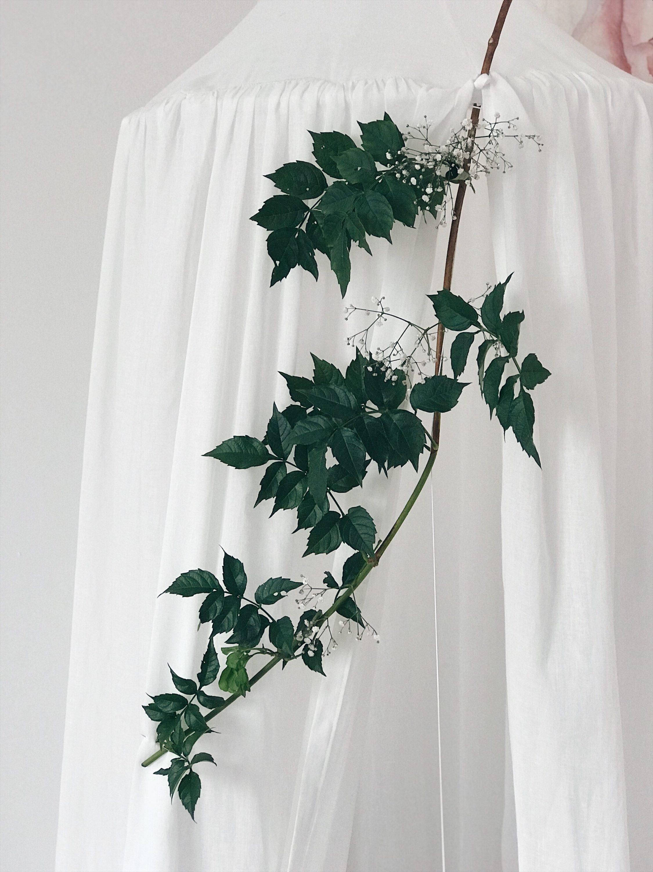 bijeli baldahin zelena grana dekoracija