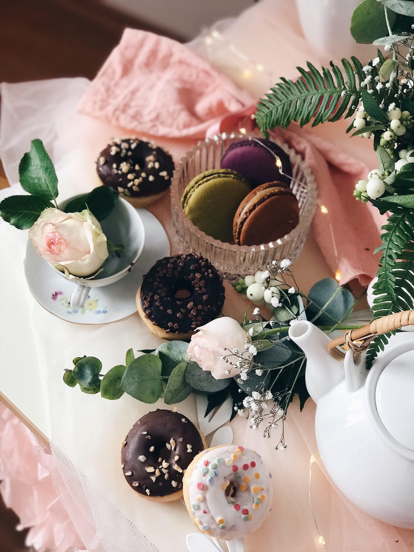 čajanka za djevojčice krafne i macaronsi