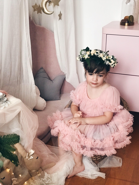 zamišljena djevojčica u rozoj haljini