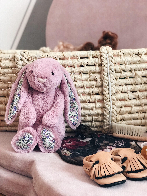 rozi zec igračka i pletena košara