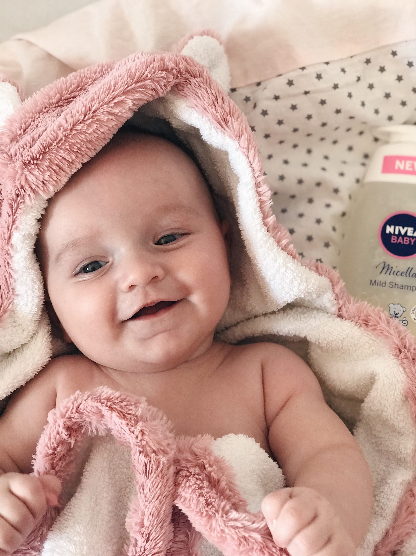 vesela beba nakon kupanja nivea šampon