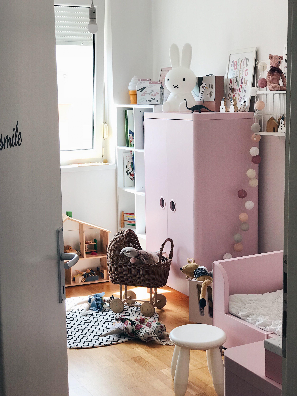dječja soba sa rozim i bijelim bojama