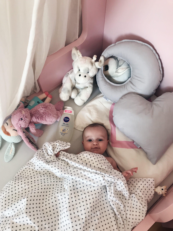 beba u krevetu sa igračkama