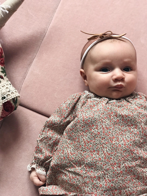 lijepa beba na rozoj podlozi