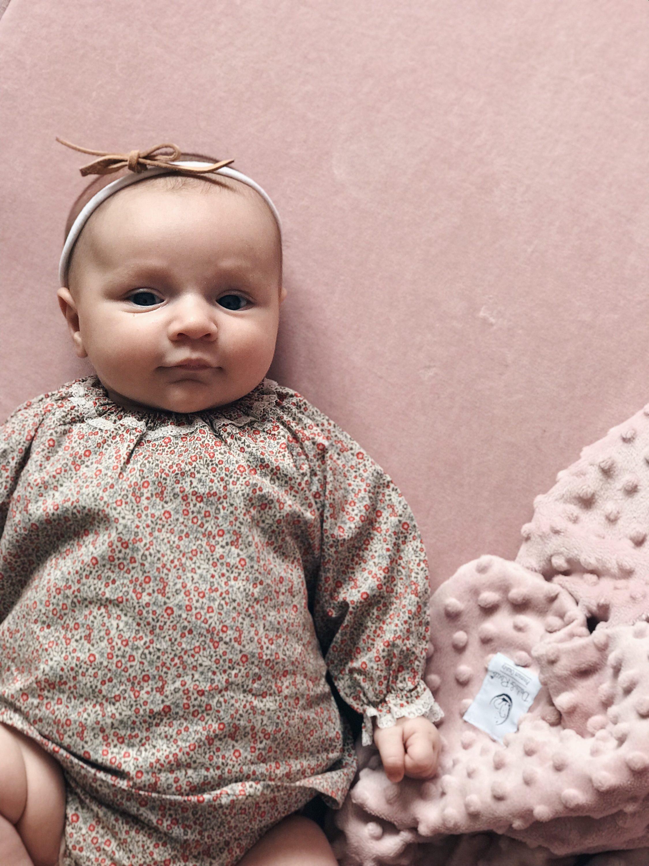 beba sa trakicom za kosu se smješka