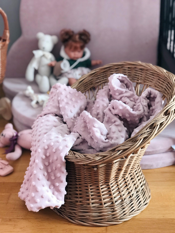 pletena dječja stolica sa rozom dekom