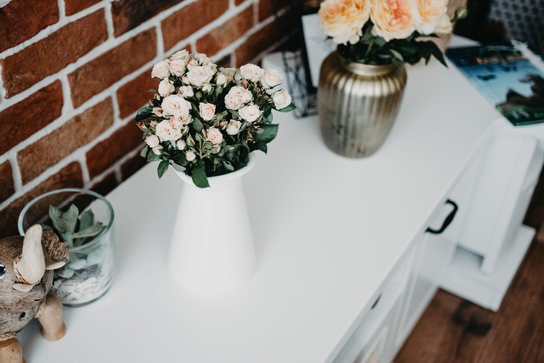 vaza sa cvijećem zid od cigli