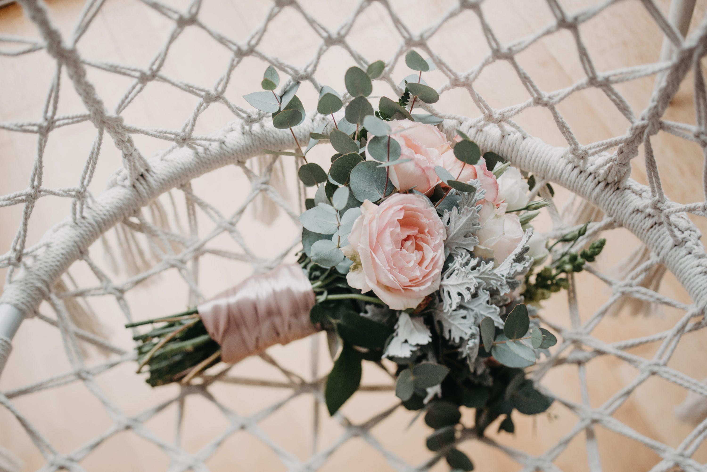 svadbeni buket na bijeloj mreži