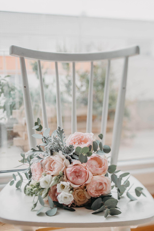 svadbeni buket na bijeloj stolici