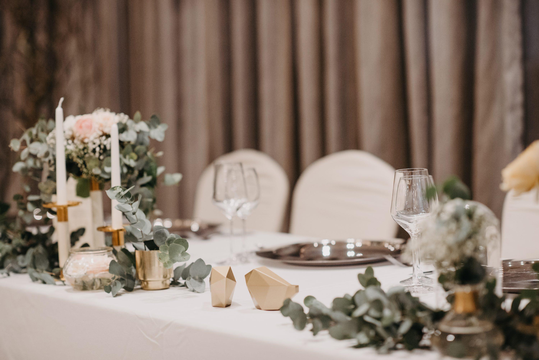 stol za mladence dekoracija