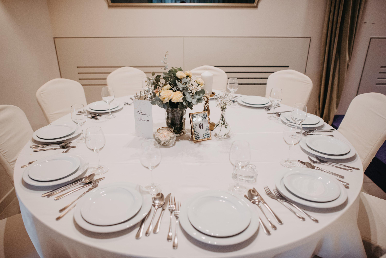jednostavni stol za goste na vjenčanju