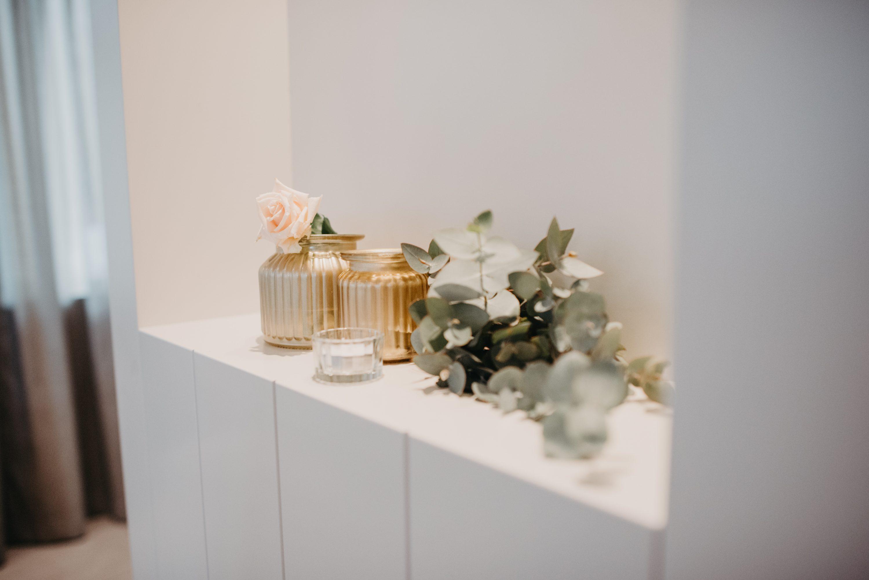 zlatne vaze sa eukaliptusom