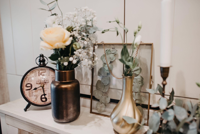 zlatna vaza stari sat eukaliptus