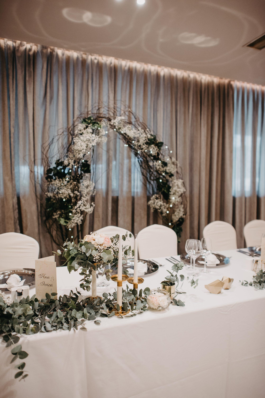 Dekoracija sale za vjenčanje eukaliptusom i vrbom