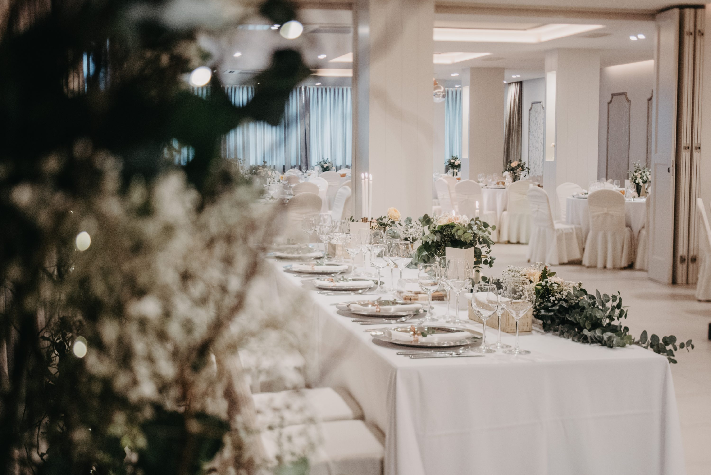 Dekoracija sale za vjenčanje eukaliptusom bijeli dekor