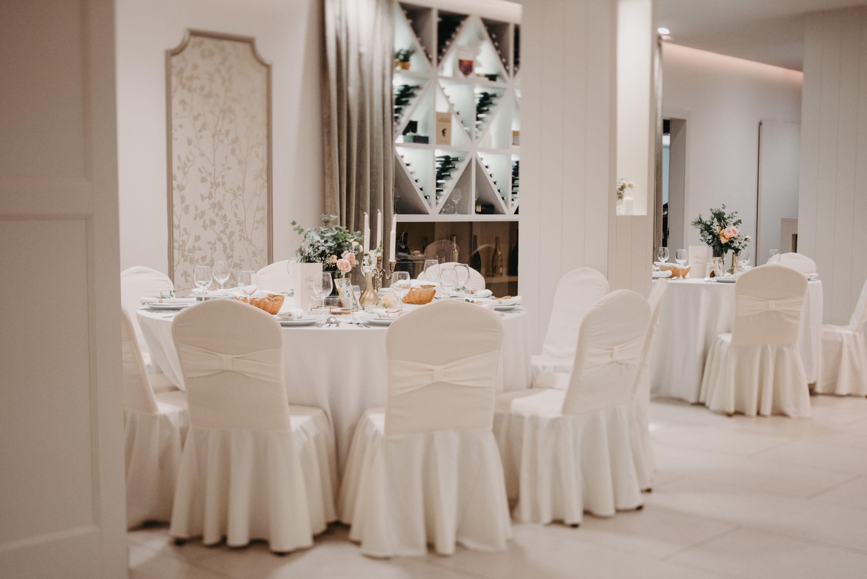 Dekoracija sale za vjenčanje eukaliptusom bijele stolice