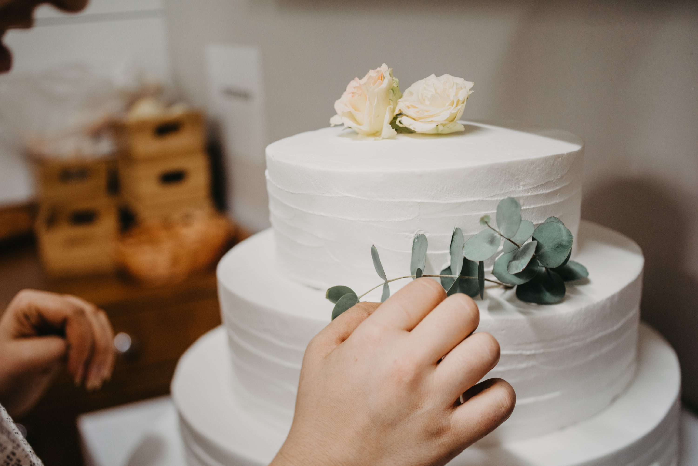 bijela svadbena torta eukaliptus