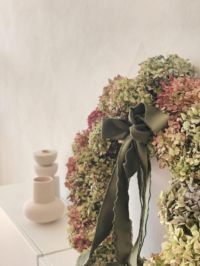 Vijenac od hortenzija ispred sivog zida